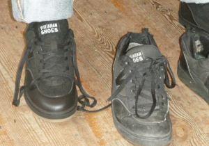 Mies sai uudet Vegetarian shoesin lenkkarit, vanhat samanlaise sai laittaa roskiin.
