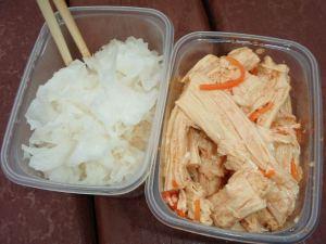 Vasemmalla miedosti maustetta ihmeellistä aasialaista tremella fuciformis -sientä ja oikealla korealaisittain maustettua lehtitofua.
