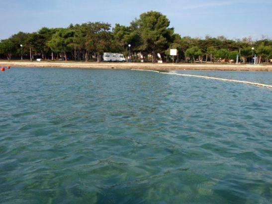 Ninin lähellä leirintäalueella saimme parkkeerata ihan rantaan, josta pääsi helposti melomaan.