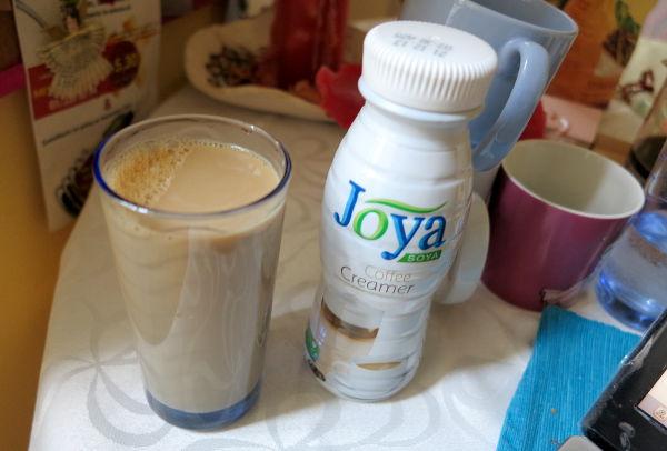 Itävallassa myytiin siellä kasvaneista soijapavuista tehtyä soijamaitoa. Tässä coffee creamer, joka oli nimenomaan kahviin tarkoitettu vähän rasvaisempi soijamaito, toimi!