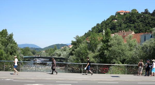 Näkymää sillalta, joka yhdistää vanhan keskustan ja rautatieaseman puolen kaupunkia.