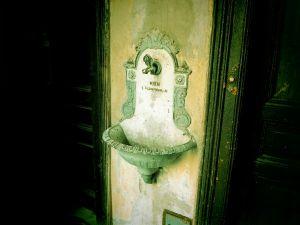 Wieniläisen vanhan kerrostalon käytävässä oli tällainen lavuaari. Se tainnut kuitenkaan enää toimia.