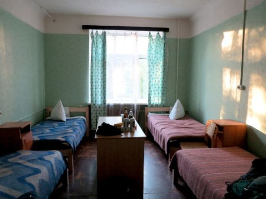 Huone Jelgavan hostellissa.