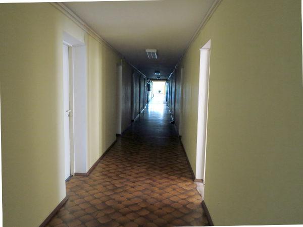 Jelgavan hostellin käytävä.