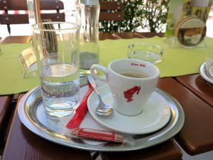 Itävallassa kahvit sai tällaisella tarjottimella vesilasin ja keksin kera. Itse kuljetin usein soijamaitoa mukanani voidakseni lisätä sitä kahviin.