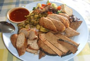 """Kasvismakkaroita ja -""""lihoja"""" Phuket Townista löytyneessä kasvisravintolassa. Tällaiset eivät suinkaan ole länsimaissa syntynyt ilmiö, vaan käsittääkseni Aasian buddhalaismunkkien kehittelyn tulosta."""