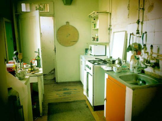 Yöpaikan keittiö.