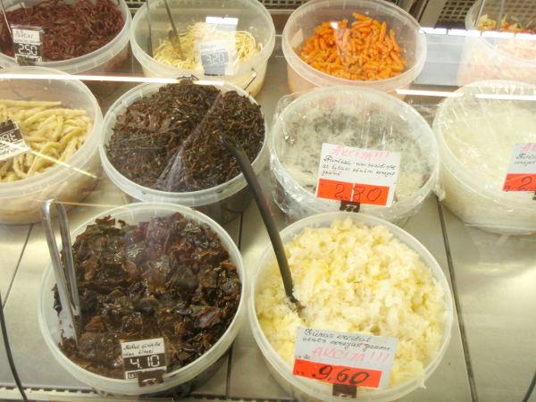 Korealaiset salaatit Riikan kauppahallissa.
