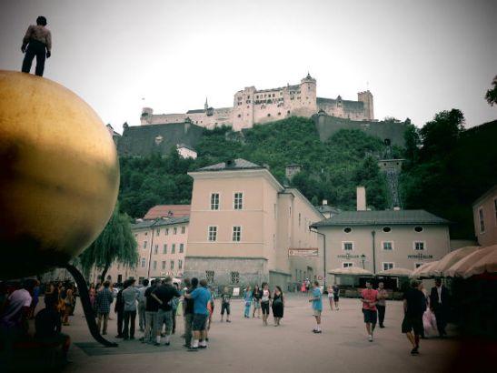 Salzburgin linna ja pallo, jota luulimme jättimäiseksi Mozart kugeliksi.