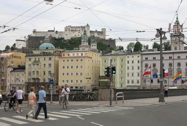 Silta, vanha kaupunki ja linna taustalla.