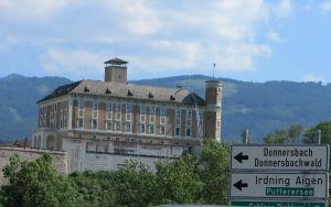 Matkalla Salzburgiin näkyi linnoja ja kukkuloita.