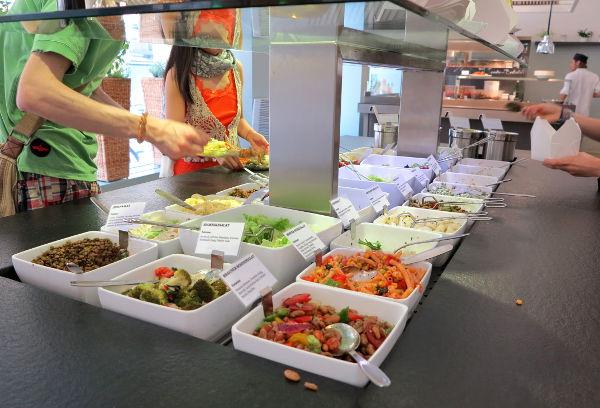 Yksi Mangoldsin mahtavista salaattipöydistä.