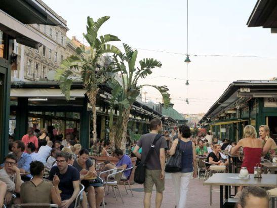 Upean vanhan arkkitehtuurin lisäksi mukavin löytö Wienissä oli Naschmarkt-ravintola- ja torikatu.