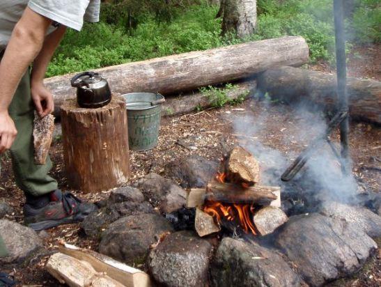 Nuotio ihanine savuineen valmiina tuottamaan meille piristävää pikakahvia.