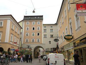 Salzburgin katuja. Tuollaiset rakennuksen alla kulkevat kujat ovat nerokkaita.