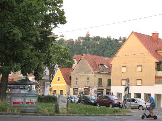 Asuintaloja lähellä keskustaa ja Itävallassa suositun oloinen sähköpotkulauta.