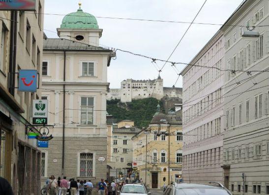 Salzburgin kaupunkia ja linna taustalla.