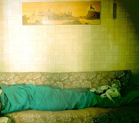Minä nukkumassa kuin toukka.