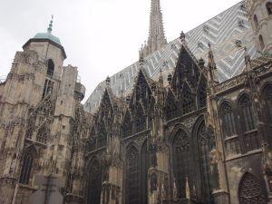 Saa nähdä, jääkö Wienissä miten paljon aikaa pyöriä kaupungilla. Kuvasin Wienin tuomiokirkon keväällä 2011 kun olin joitain tunteja Wienissä odottelemassa jatkolentoa.
