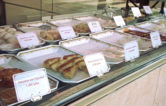 Pariisissa erikoisuutena oli sellaiset kiinalaiset ja vietnamilaiset ravintolat, joissa ruoat olivat vitriinissä valmiina. Näitä sitten syötiin kylmänä tai lämmitettiin mikrossa. Siten ei varmasti saa parhaita ruokaelämyksiä, mutta kerran kokeilin ja ihan ok oli.