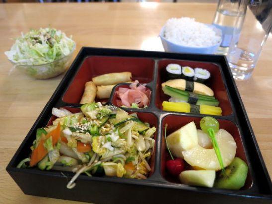 Kasvisbento-ateria Itävallan Grazissa japanilaisessa Osaka-ravintolassa.