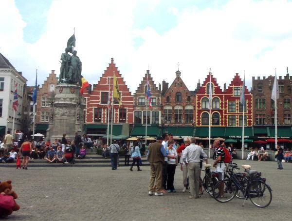 Tämä näkymä on useimmiten Bruggen edustuskuvissa. Värikkäitä hollantilaistyylisiä taloja vanhalla aukiolla.