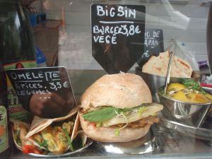Kasvisburgeri Brysselin Place van Meenen -torilla. Pyysin sen ilman juustosiivua. Se näytti hyvältä, mutta maku ei ollut kummoinen.