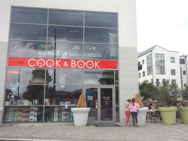 Woluven Cook & Book sijaitsi ihan Roodebeekin metron toisen ulostulon luona. Siellä oli myös englanninkielisten kirjojen osasto.