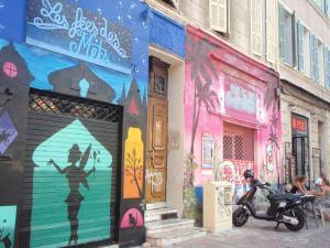 Cours Julienin seinät olivat hienoja.