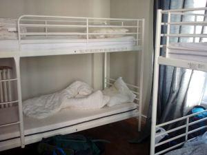 Kuuden naisen dormihuone oli perussiisti ja tarpeeksi tilava.