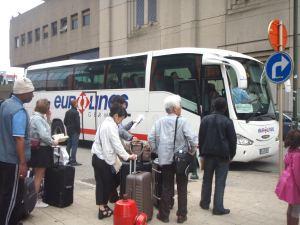 Eurolinesin busseihin ei taideta myydä paikkalippuja, joten niihin jonotetaan hieman hermostuneesti.