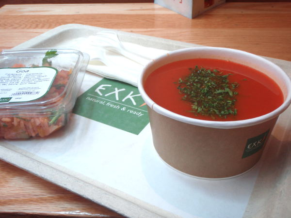 Exki on belgialainen pikaruoka/kahvilaketju, jonka tarjona oli vegaanin kannalta ihan ok. Tässä maistoin Goa-salaattia (hyvää, mutta aika suolaista) ja tomaattikeittoa, joka oli aika mautonta.