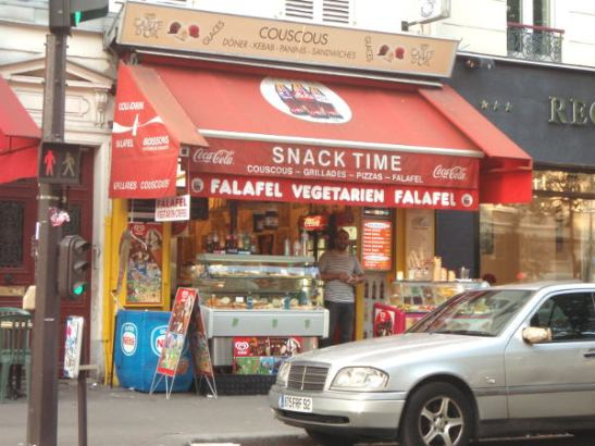 Maailmalta saa falafelia. Tämä kioski oli Montmartrella.