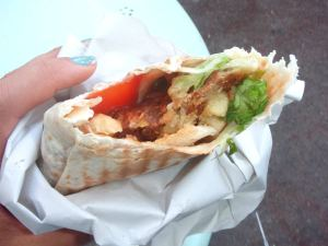 King Kebabissa falafelit kiedottiin ohueen leipään ja sisään heitettiin vielä ranskiksiakin. Yllättävän hyvin toimi, kun pyysin kastikkeeksi paljon ketsuppia jugurttikastikkeiden ja majoneesien sijaan.