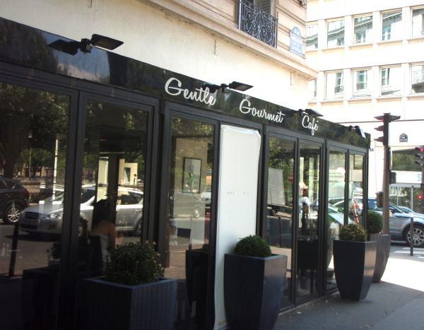 Gentle Gourmet Cafessa oli kadulle työntyvä lisäosa, josta oli hyvä katsella ohikulkijoita.