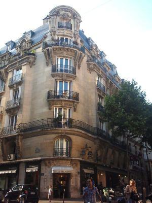 Kai se antaa itsevarmuutta, kun asuu koko maailman ihailemassa Pariisissa ja on pariisilainen.