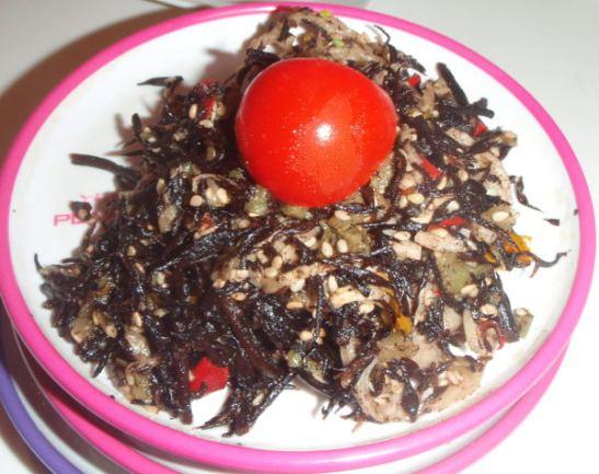 Hijiki-merileväsalaatti ei näyttänyt eikä maistunut maailman parhaalle, kuten kyseinen merilevä ei mielestäni yleensä muutenkaan, mutta ostin lautasellisen, koska se on varmasti terveellistä.