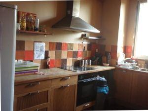 Hostellin kivassa keittiössä oli hostellien perusongelmat, eli jotkut ääliöt eivät pese tiskejään, vaan jättävät ne lavuaariin.