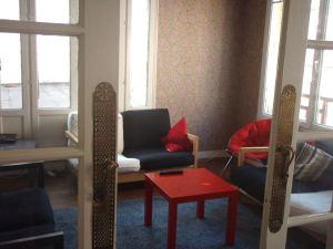 Justabed-hostellin olohuone, jossa en viettänyt aikaa enempää kuin mitä kesti todeta, ettei netti taaskaan toiminut.