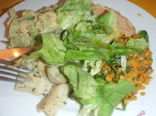 Annokseni järjestötalon ravintolassa. Vitriinistä sai valita salaatin rinnalle neljää ruokaa, valitsin artisokat, rouhean guacamolen, hummuksen ja hyvin maustetun linssisalaatin.