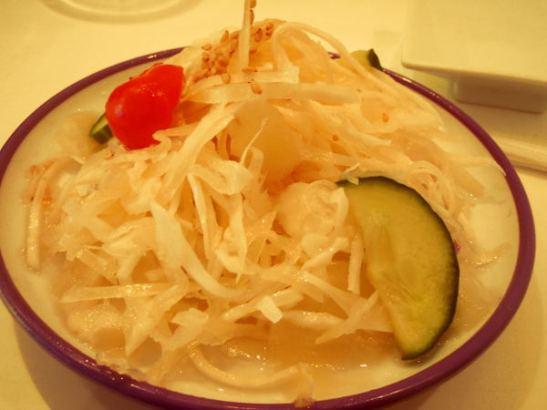 Pidän yleensä aina aasialaisista kaalisalaateista, jotka ovat jännästi hieman etikkaisia (?) ja öljyisiä. En  ole ihan saanut selville, miten ne on maustettu. Japanilaisessa versio oli aika samanlaista kuin mitä olen saanut muissa aasialaisissa ravintoloissa.
