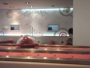 Kävin japanilaisessa kaiten-sushi ravintolassa ja otin hihnalta merileväsalaattiannoksia.