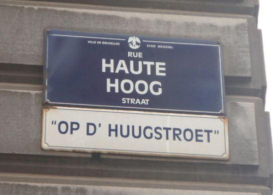 Brysselissä katukyltit ovat ranskaksi ja flaamiksi eli hollanniksi. Tässä lukee ensin ranskaksi Rue Haute ja sitten flaamiksi Hoog Straat.
