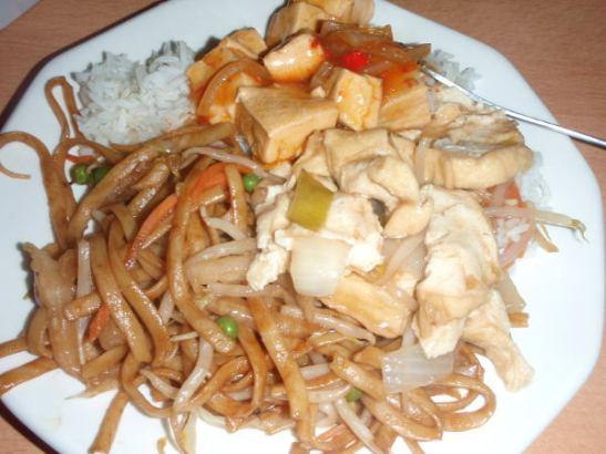 Etsin etukäteen tiedon löytyykö Belgian De Haanin rantakaupungista kiinalaista ravintolaa. Sieltä ostettiin annoksia mukaan, tässä muutamaa eri ruokaa, kuten kasvisnuudeleita ja paria ei tofuruokaa.
