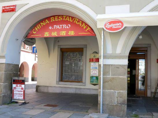 Aivan Ceske Budejovicen vanhan kaupungin aukiolla sijaitsee tämä kiinalainen ravintola.