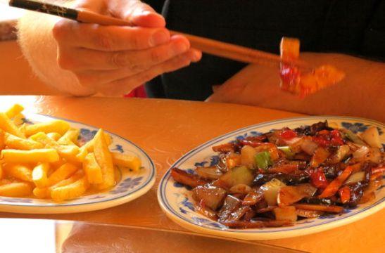Jos ruokalista sen kattaa, niin voihan kiinalaisessa ravintolassa tilata ranskiksiakin oheen, mutta ehkä ruoka menisi riisin kanssa kivemmin...