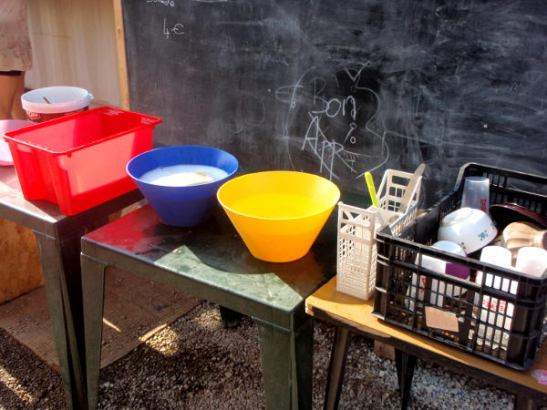 Leireiltä tuttu tiskipiste: ensin esihuuhtelu, sitten kuuma pesuvesi ja huuhteluvesi.