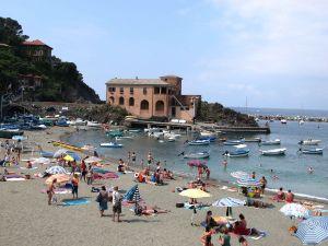 Levanton rantatieltä kuvassa näkyvän rakennuksen tienoilta lähti polku ylös kohti Cinque Terren patikointireittejä.