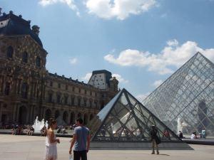 Louvre pyramideineen.