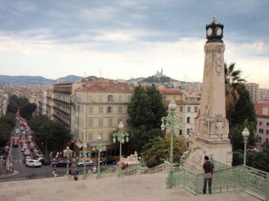 Näkymät korkealta Marseillen rautatieasemalta. Kaukana kukkulalla näkyy Marseillen Notre Dame.